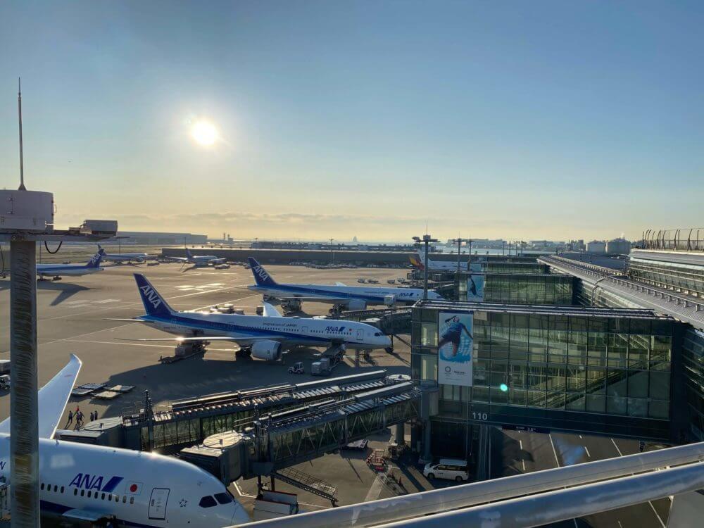羽田空港国際線ターミナルに駐機するANA等の飛行機