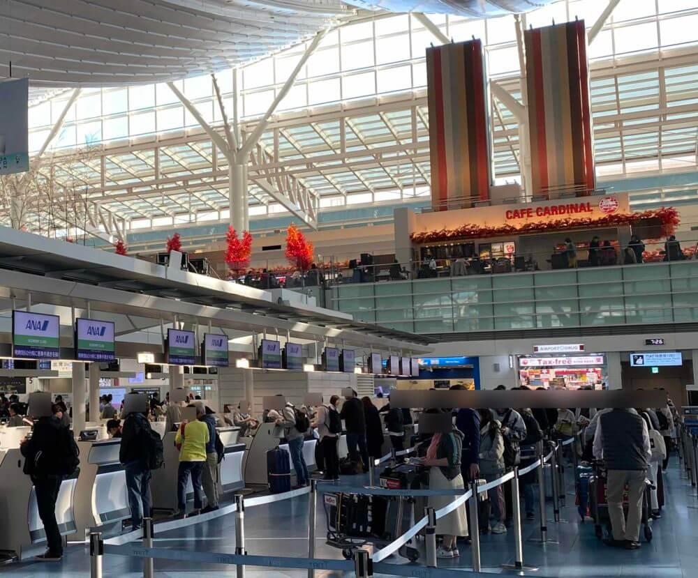 羽田空港のANAチェックインカウンター(エコノミークラス)