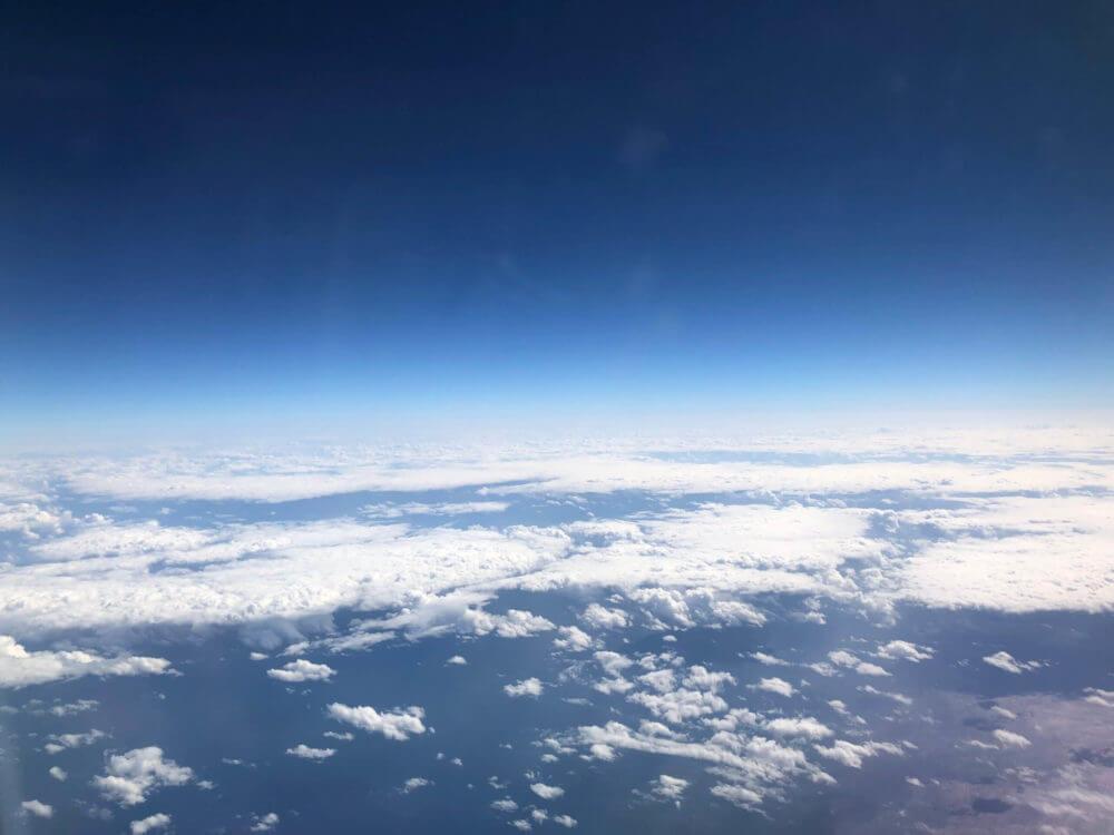 那覇空港行きの飛行機の機内からの青空