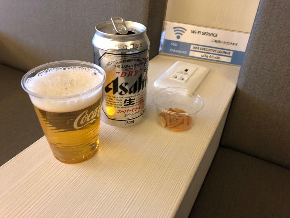 成田空港のラウンジ「IASS EXECUTIVE LOUNGE 1」のび~る・柿の種
