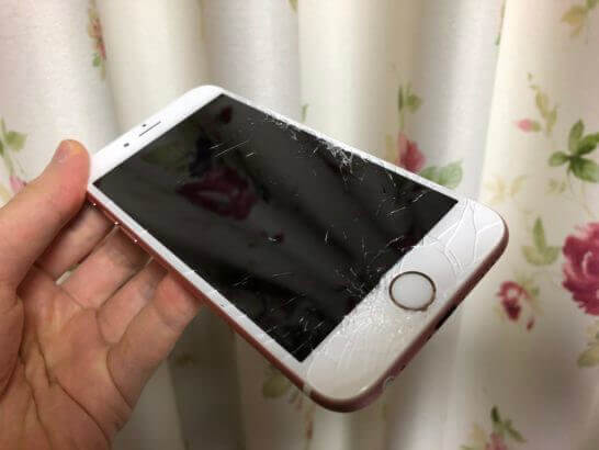 落としてヒビだらけのiPhone
