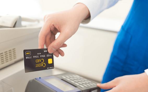 クレジットカードをカードリーダーに通すシーン