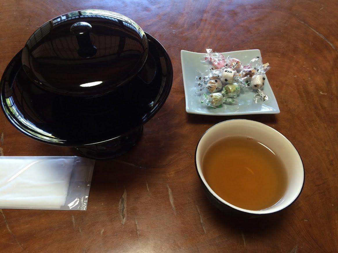 京都特別観光ラウンジのお茶・お菓子