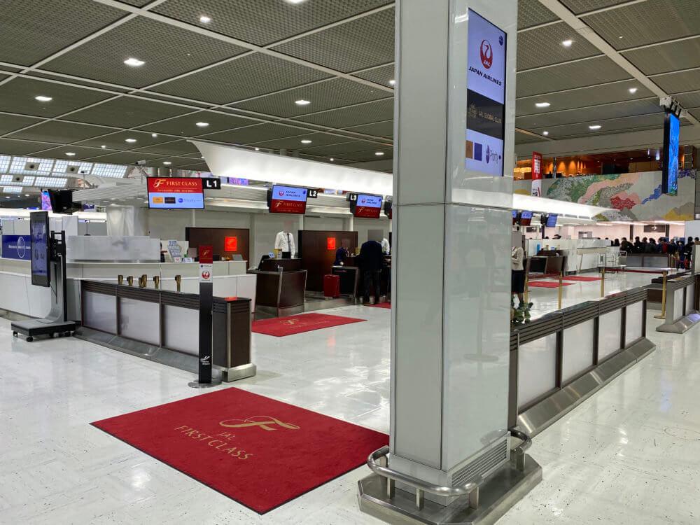 成田空港のJALファーストクラスチェックインカウンター