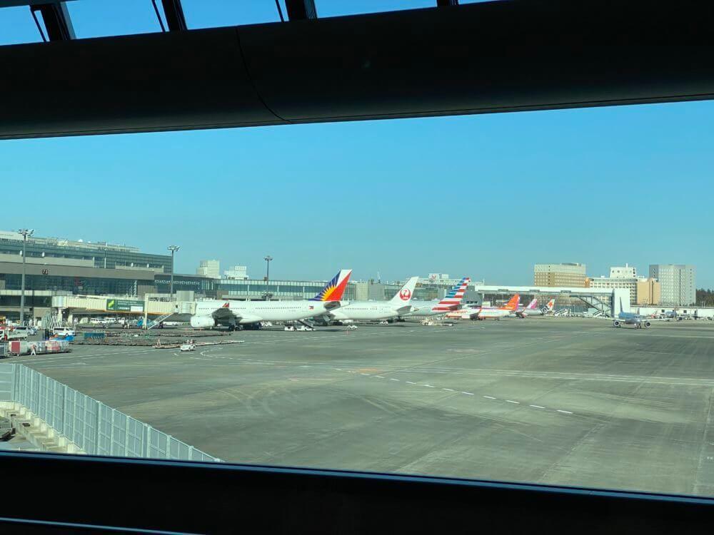 成田空港第2ターミナルに駐機するフィリピン航空・JAL・アメリカン航空などの飛行機