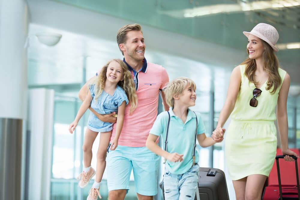 空港の中を歩く家族