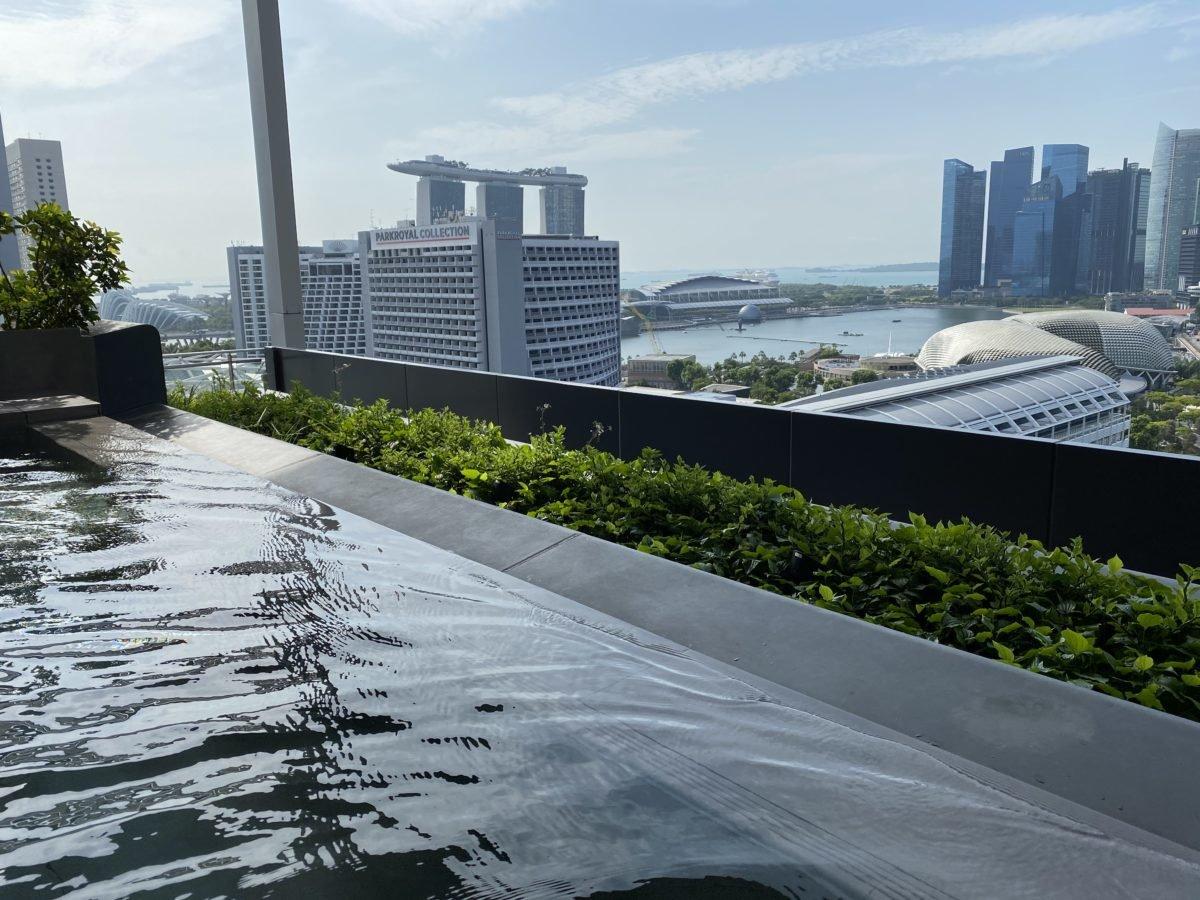 JWマリオット シンガポールのプールから見えるマリーナ・ベイ・サンズ