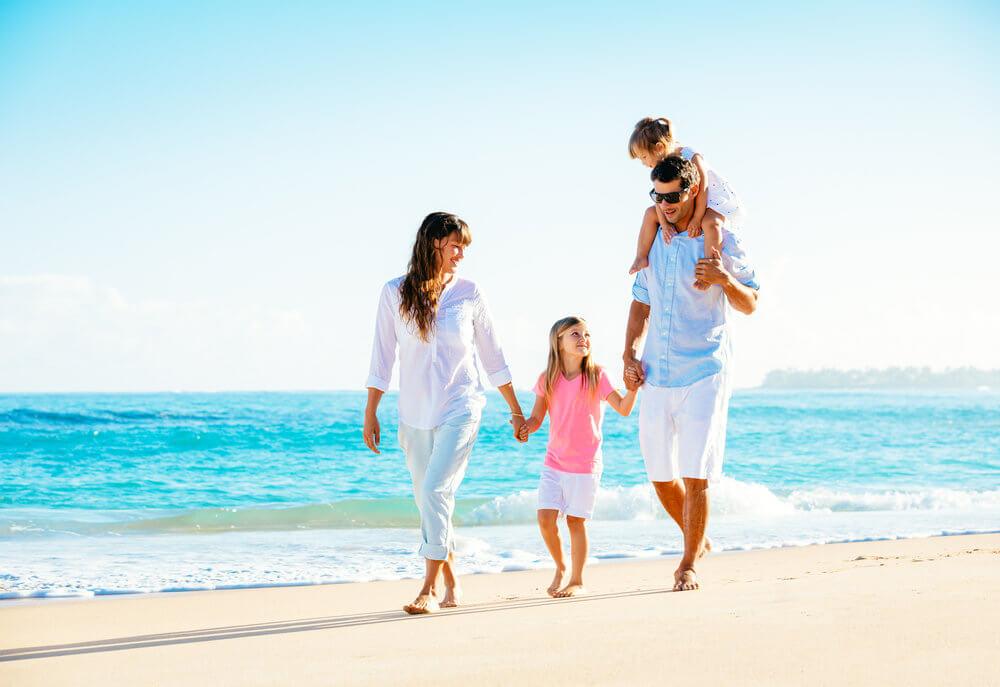 海辺で散歩する家族