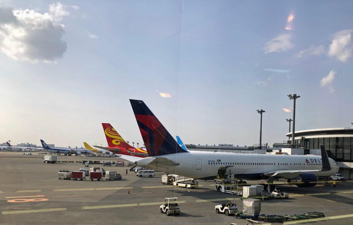 成田空港に駐機するデルタ航空などの飛行機