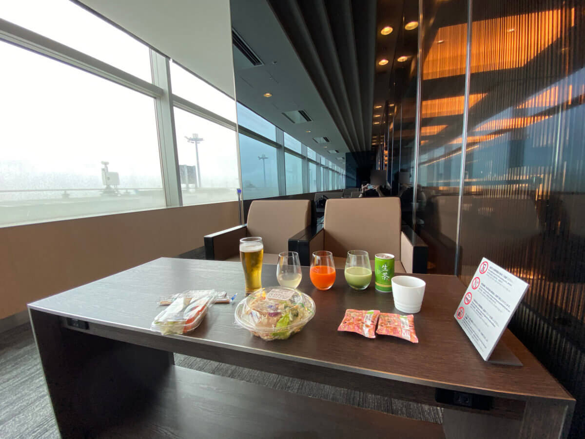 ANAラウンジ(羽田空港国内線)の大テーブル