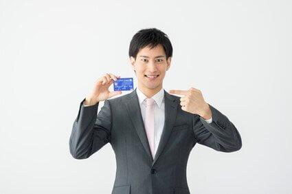 クレジットカードを指差す男性